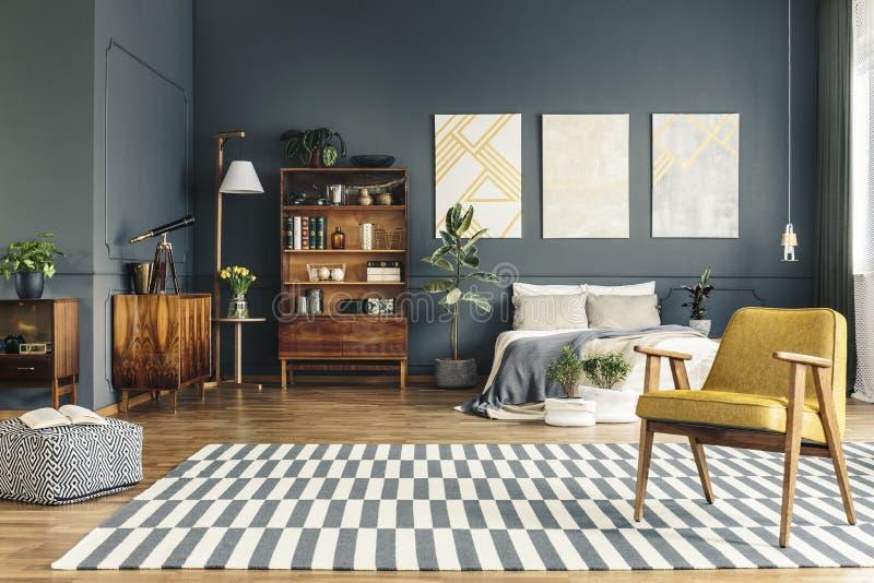 Ruime heldere slaapkamer royalty-vrije stock afbeeldingen