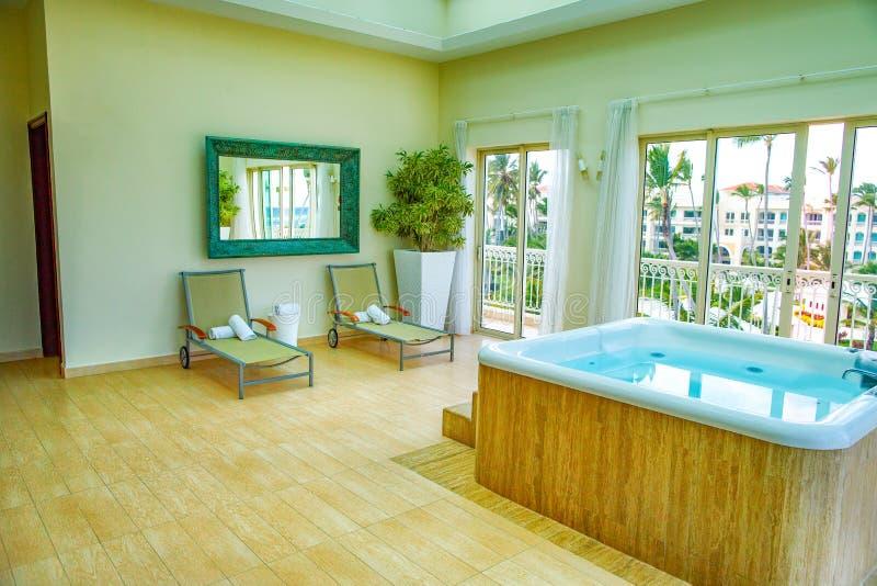 Ruime, heldere veranda met Jacuzzi en zonlanterfanters royalty-vrije stock afbeelding