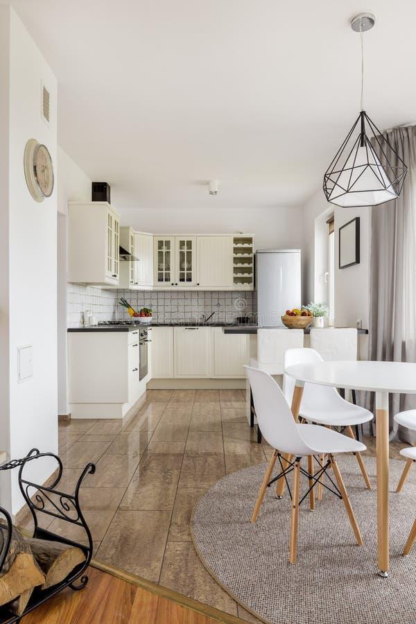 Ruime keuken, modieuze eetkamer royalty-vrije stock afbeeldingen
