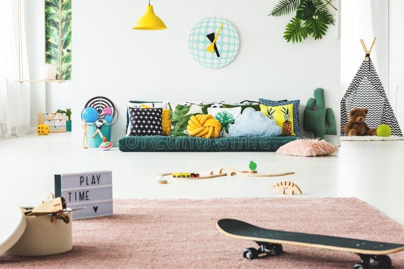 Ruime kleurrijke kind` s speelkamer stock foto's