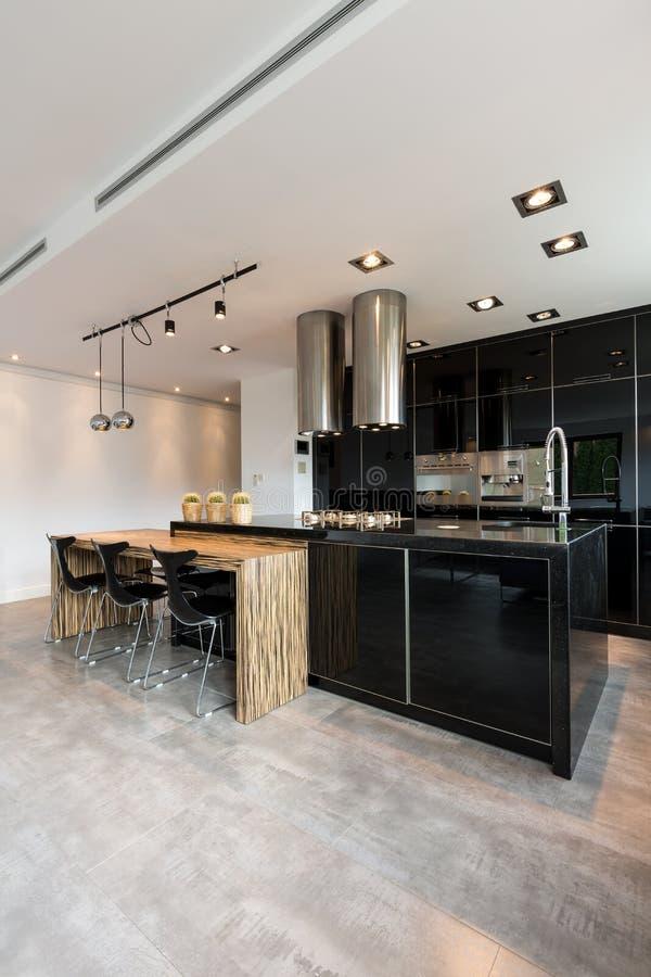 Ruime moderne keuken royalty-vrije stock foto