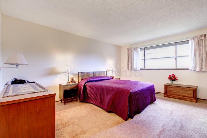 Ruime slaapkamer met oud meubilair stock foto's