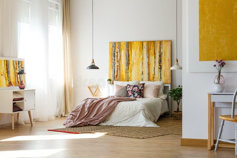 Ruime warme slaapkamer stock foto's