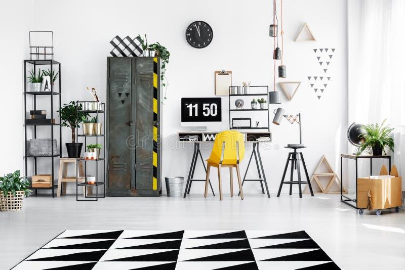 Ruime werkruimte met industrieel meubilair stock afbeeldingen