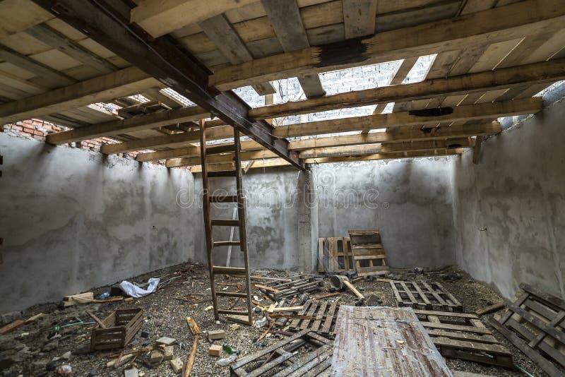 Ruime zolderruimte in aanbouw en vernieuwing E royalty-vrije stock afbeelding