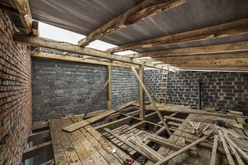 Ruime zolderruimte in aanbouw en vernieuwing E stock fotografie