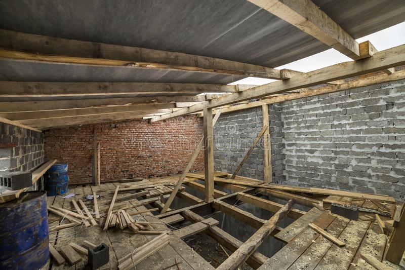 Ruime zolderruimte in aanbouw en vernieuwing E stock foto