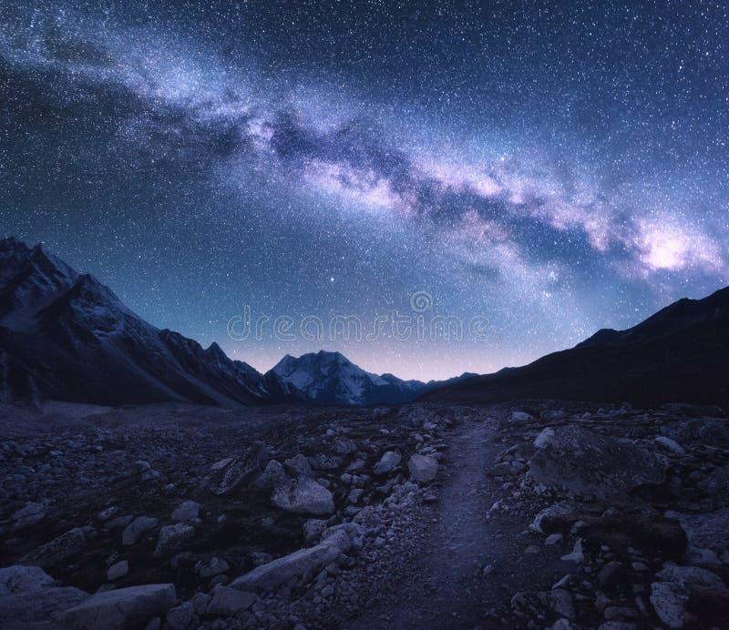 ruimte Melkweg, bergen en sleep bij nacht royalty-vrije stock foto's