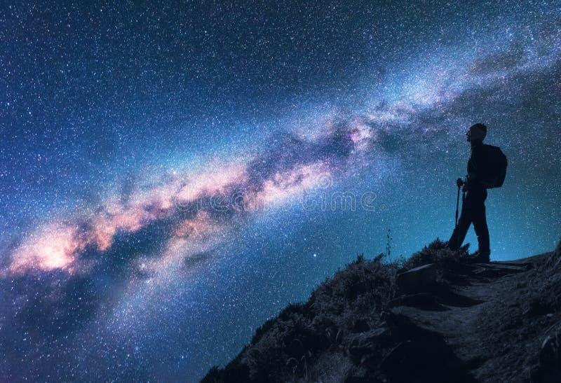 Ruimte, Melkweg, silhouet van een vrouw met rugzak stock foto's