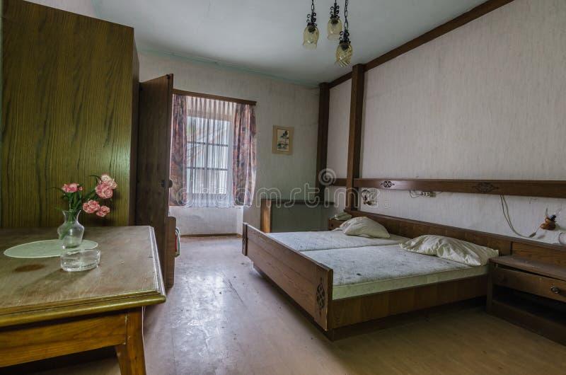 ruimte met bloemen in een hotelruimte royalty-vrije stock afbeeldingen