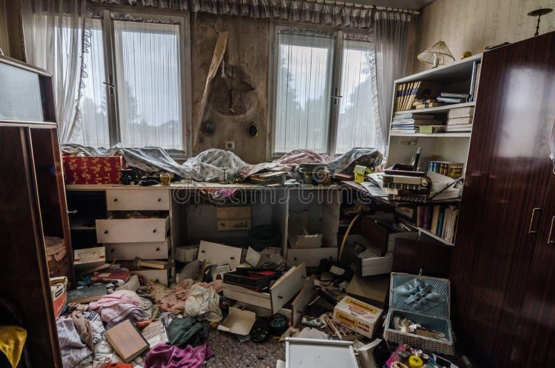 ruimte met rommel binnenshuis stock foto's