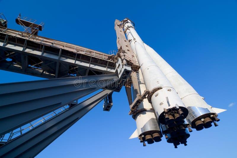 Ruimte schip op een lanceringsstootkussen stock foto