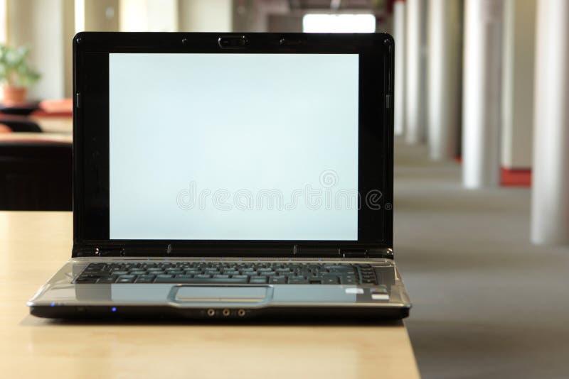 Ruimte voor exemplaar bij laptop het scherm stock foto