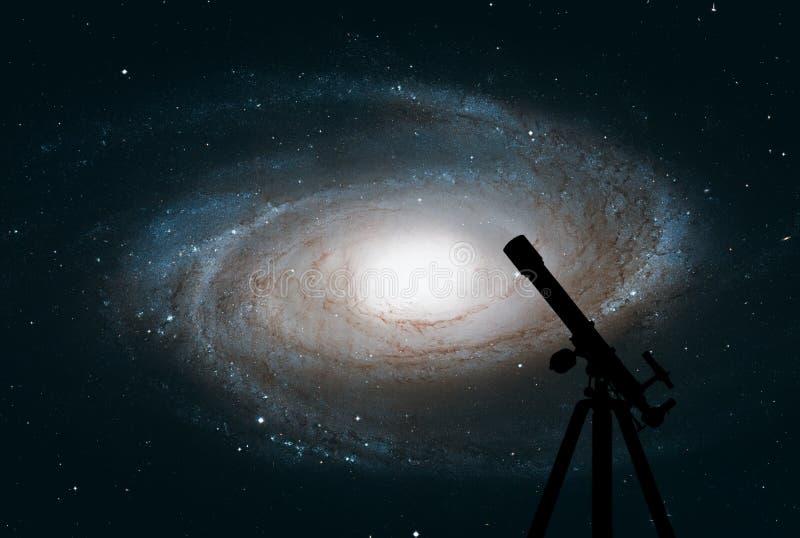Ruimteachtergrond met silhouet van telescoop Voorspel de Melkweg van ` s royalty-vrije stock afbeeldingen