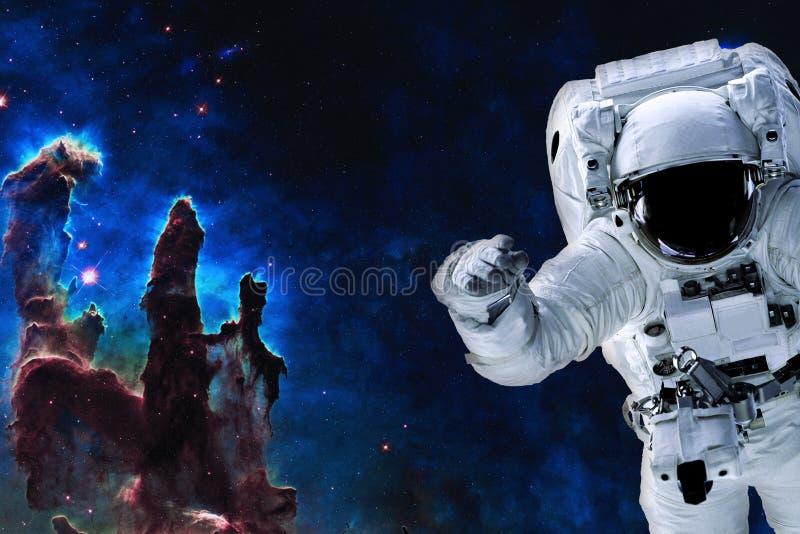 Ruimteastronaut dichtbij pijlers van verwezenlijking royalty-vrije stock afbeeldingen