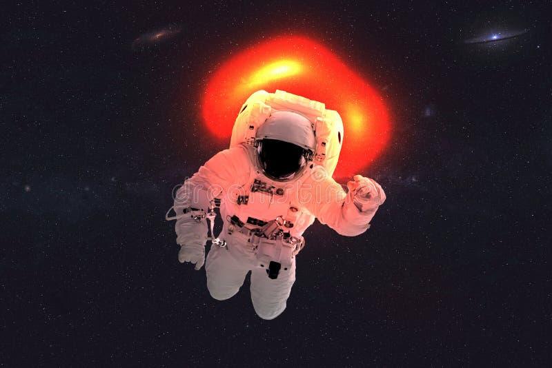 Ruimteastronaut dichtbij zwart gat stock afbeeldingen