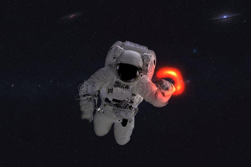Ruimteastronaut dichtbij zwart gaten rode gloed stock afbeelding