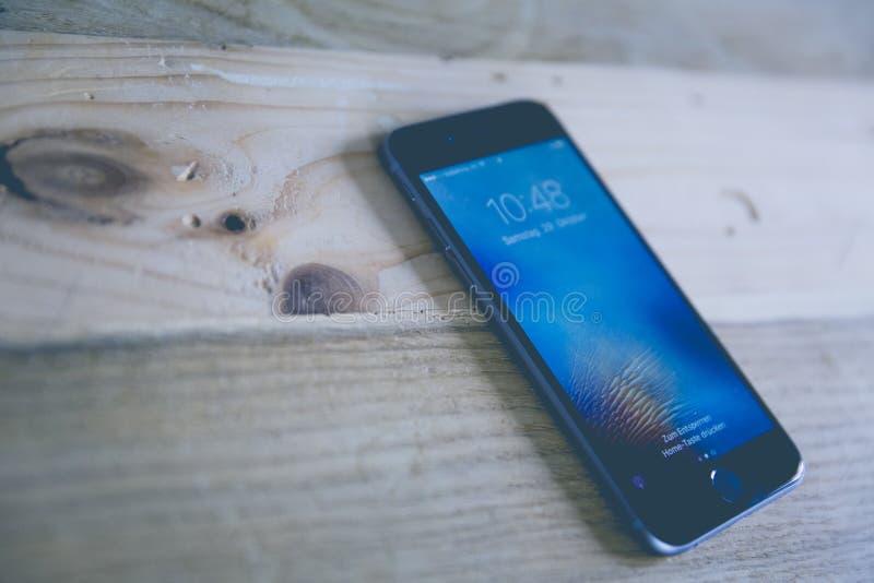 Ruimtegray iphone op Houten Oppervlakte stock fotografie