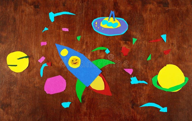 Ruimteraket en planeten, zonnestelsel, Ruimtevaart en ruimtevreemdeling op houten die achtergrond-toepassing door kind wordt gema stock afbeeldingen