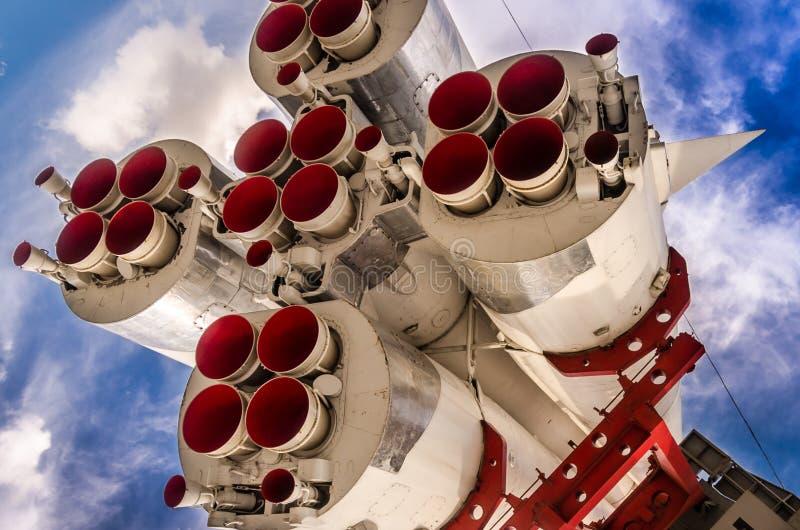 Ruimteraket op het lanceringsstootkussen stock afbeeldingen