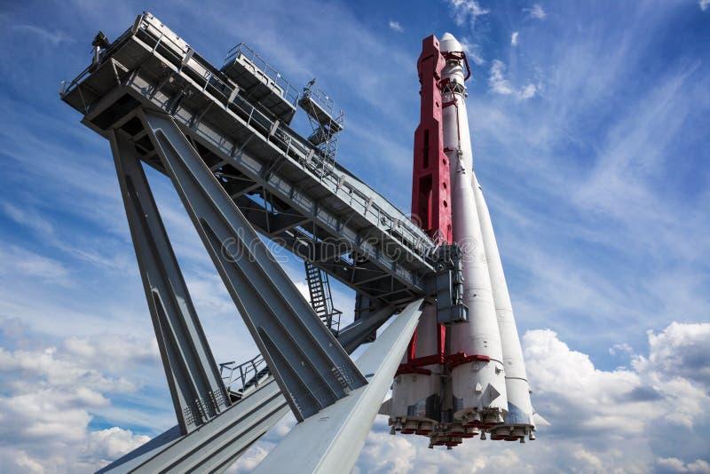 ruimteraket op lanceringsstootkussen stock foto's