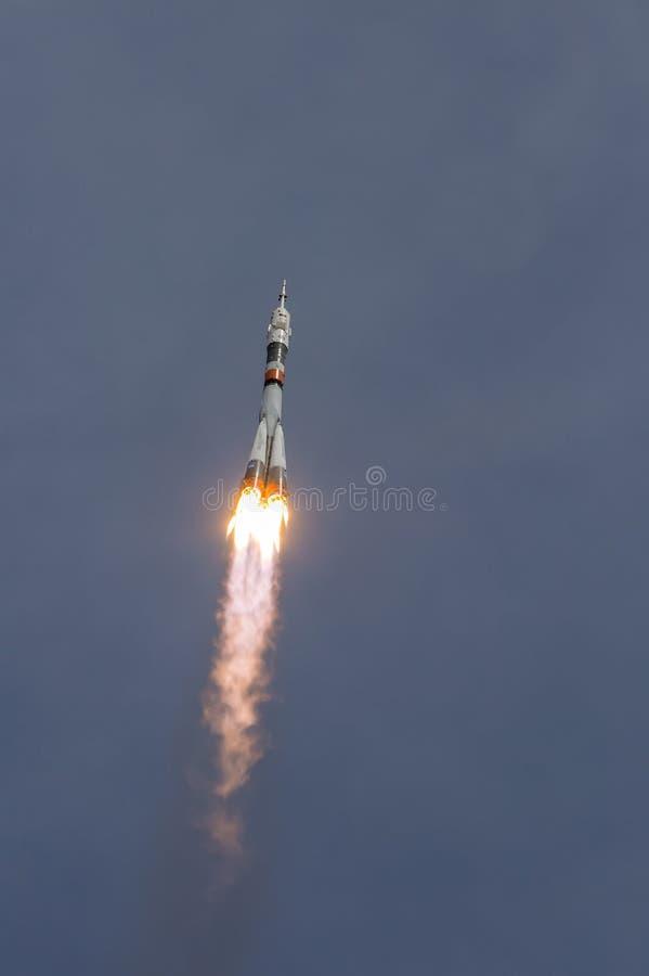 Ruimteschip Soyuz die van spaceport Baikonur aan Internationaal ruimtestation vliegen stock afbeelding