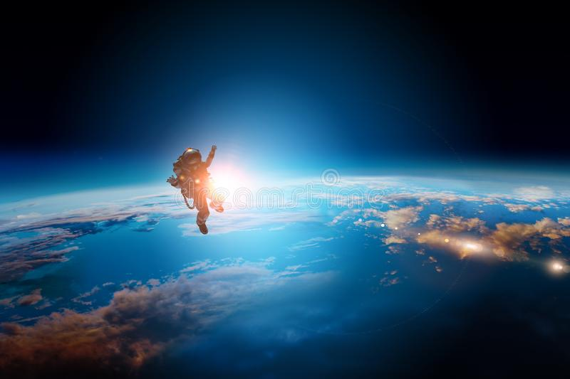 Ruimtevaarder en planeet, menselijk in ruimteconcept stock foto