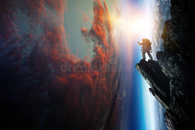 Ruimtevaarder en planeet, menselijk in ruimteconcept stock fotografie