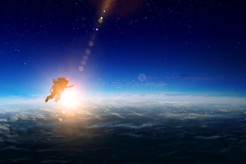 Ruimtevaarder en planeet, menselijk in ruimteconcept stock afbeeldingen