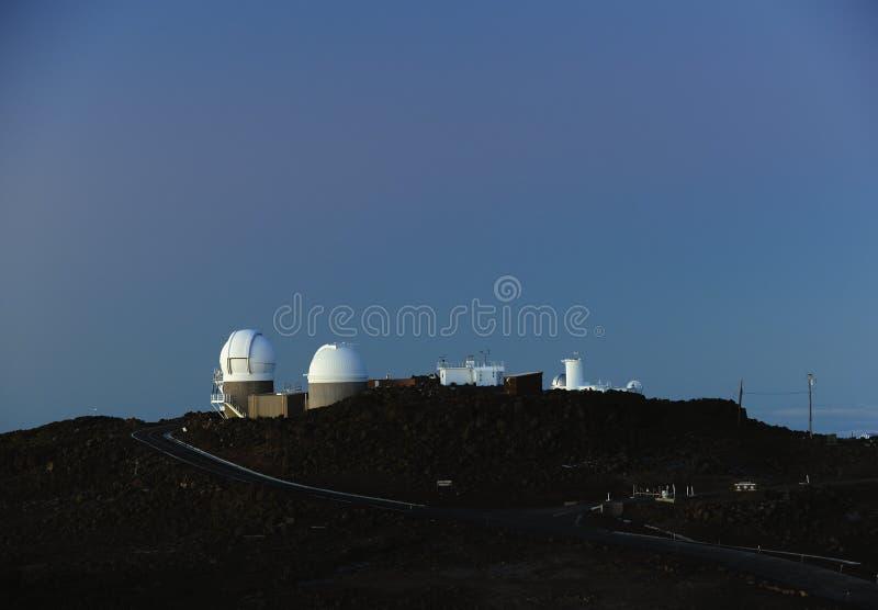 Ruimtewaarnemingscentra bij zonsopgang bovenop Haleakala-krater op Maui stock afbeelding