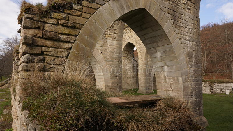 Ruiné par un monastère médiéval photos stock