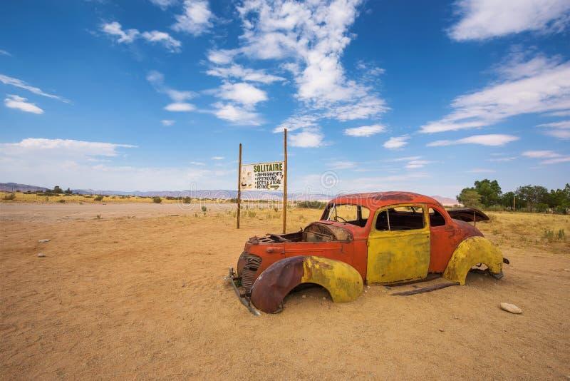 Ruina abandonada del coche en el solitario situado en el desierto de Namib de Namibia fotos de archivo libres de regalías