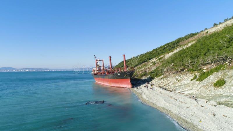 Ruina abandonada famosa en el mar tiro Vista superior de una nave abandonada en la playa imagenes de archivo