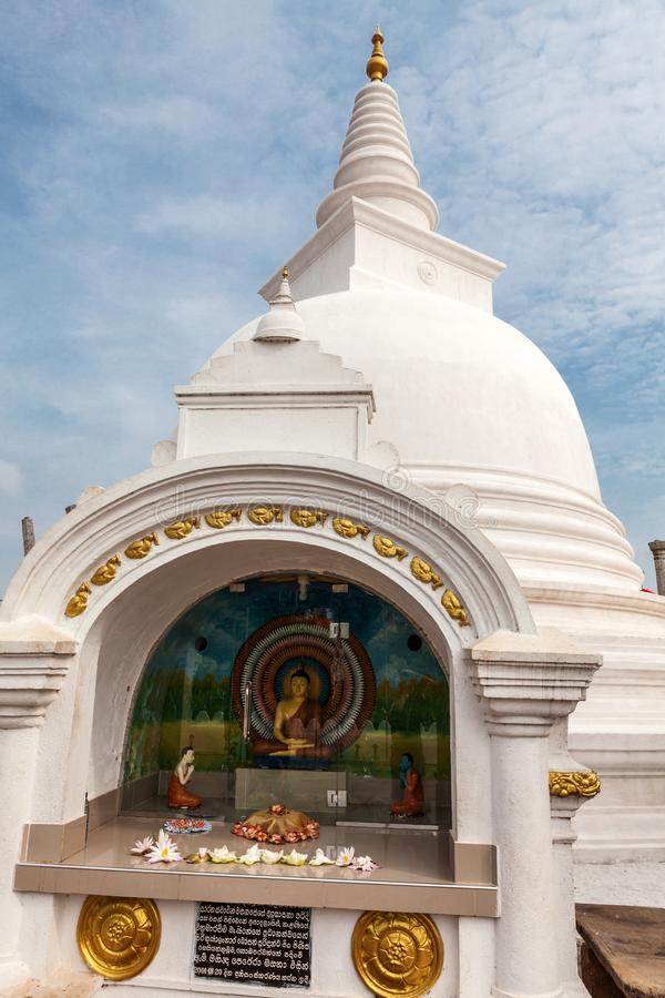 Ruina de Anuradhapura, capital histórico del estado budista del Sinhalese en stupa del dagoba de Thuparamaya de las lanzas de Sri fotografía de archivo