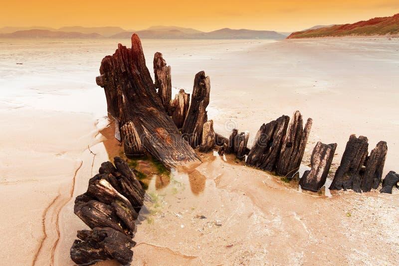 Ruina de la nave del rayo de sol en la playa irlandesa imágenes de archivo libres de regalías