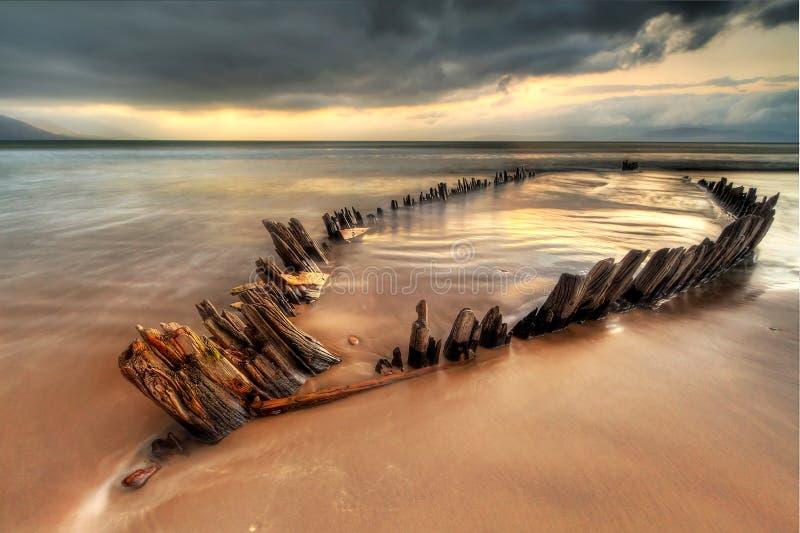 Ruina de la nave del rayo de sol en la playa irlandesa - HDR imagenes de archivo