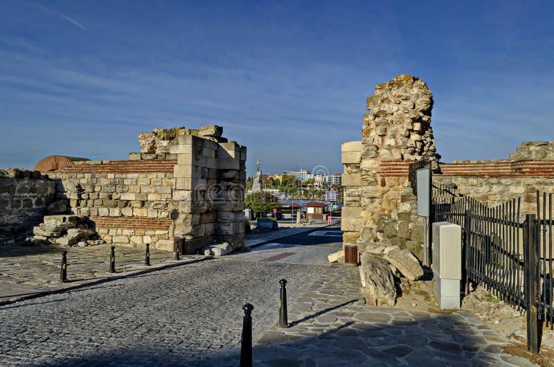 Ruina de la pared y de la entrada occidentales del fortalecimiento en la ciudad antigua Nessebar o Mesembria en la costa del Mar  fotografía de archivo libre de regalías