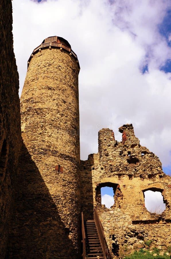 Ruina de la torre del castillo - ovkou del ¡de MileÅ de la vaina de Kostomlaty fotos de archivo