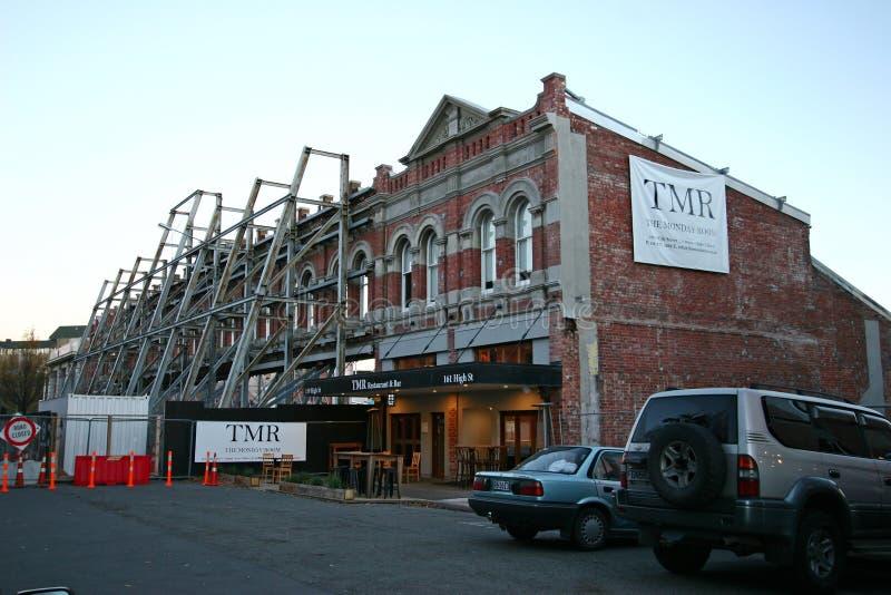 Ruina de la vieja arquitectura histórica parcialmente dañada apoyada por apoyar sísmico del marco de acero en Christchurch, Nueva fotografía de archivo