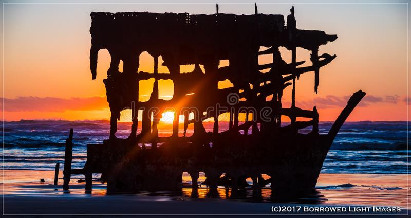 Ruina de Peter Iredale en la playa de la Costa del Pacífico imágenes de archivo libres de regalías