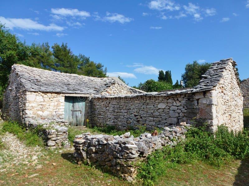 Ruina de un pueblo histórico croata fotos de archivo