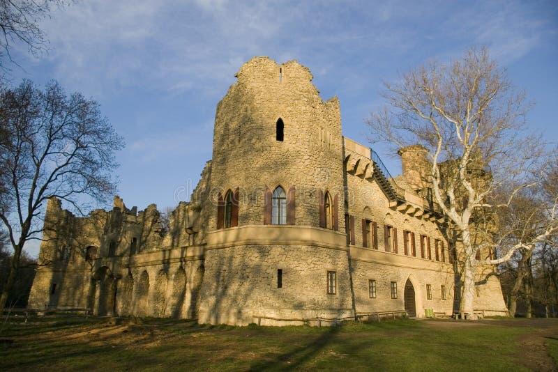Ruina del castillo bajo el cielo azul fotos de archivo libres de regalías