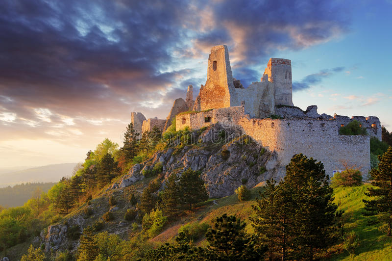 Ruina del castillo Cachtice - Eslovaquia imágenes de archivo libres de regalías