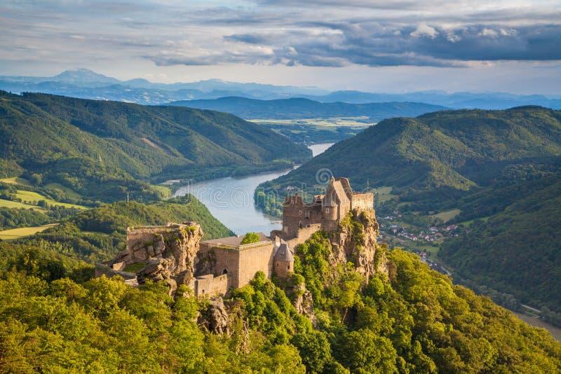 Ruina del castillo de Aggstein en el valle de Wachau, Austria fotos de archivo