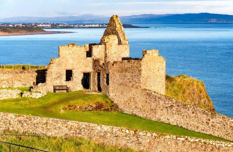 Ruina del castillo y de Portrush de Dunluce en Irlanda del Norte fotografía de archivo