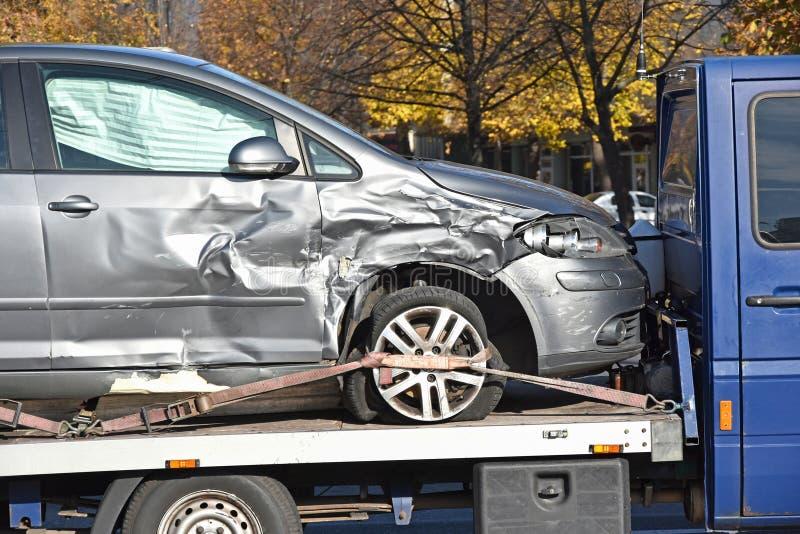 Ruina del coche en un remolque imagen de archivo libre de regalías