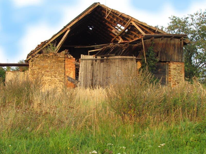 Ruina del granero de Abadoned al borde del pueblo foto de archivo libre de regalías