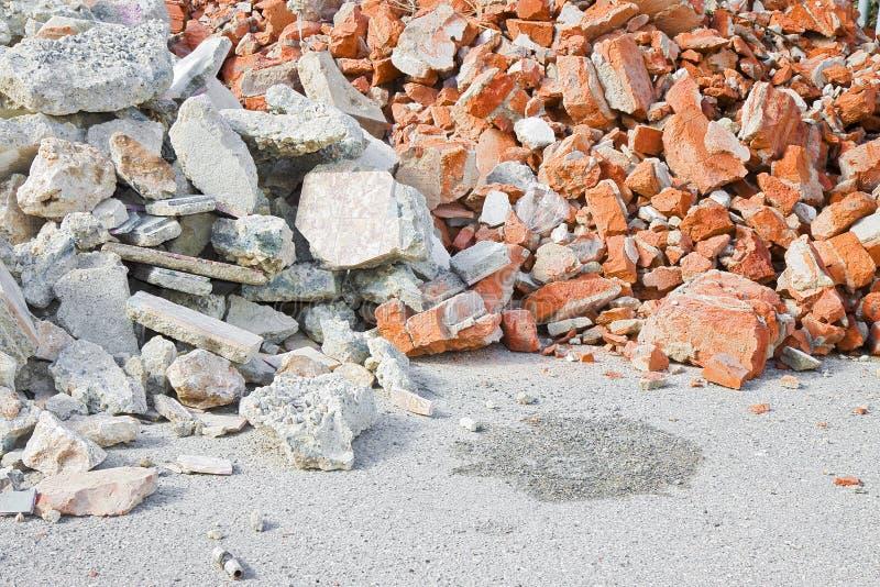 Ruina del hormigón y de los escombros del ladrillo en emplazamiento de la obra después de un de fotos de archivo