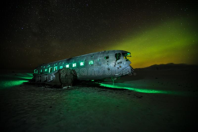 Ruina iluminada hermosa del aeroplano en Solheimasandur, Islandia imagen de archivo