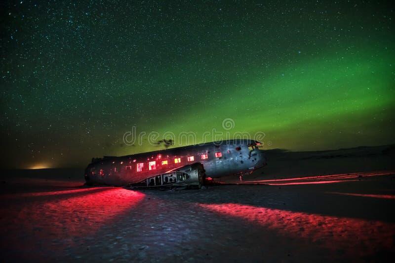 Ruina iluminada hermosa del aeroplano en Solheimasandur, Islandia fotografía de archivo
